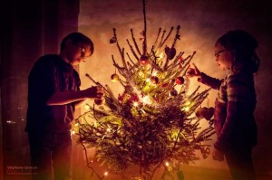 Les enfants décorent le sapin de noël