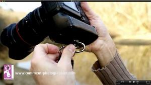 Le mousqueton est facile à mettre ou à enlever de l'appareil photo.