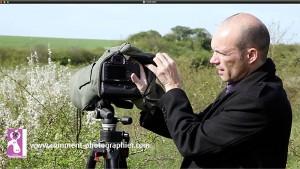 La manipulation de l'appareil photo dans la housse est aisée