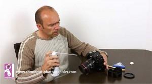 Nettoyer son appareil photo avec une bombe d'air, attention à bien respecter les précautions d'usage